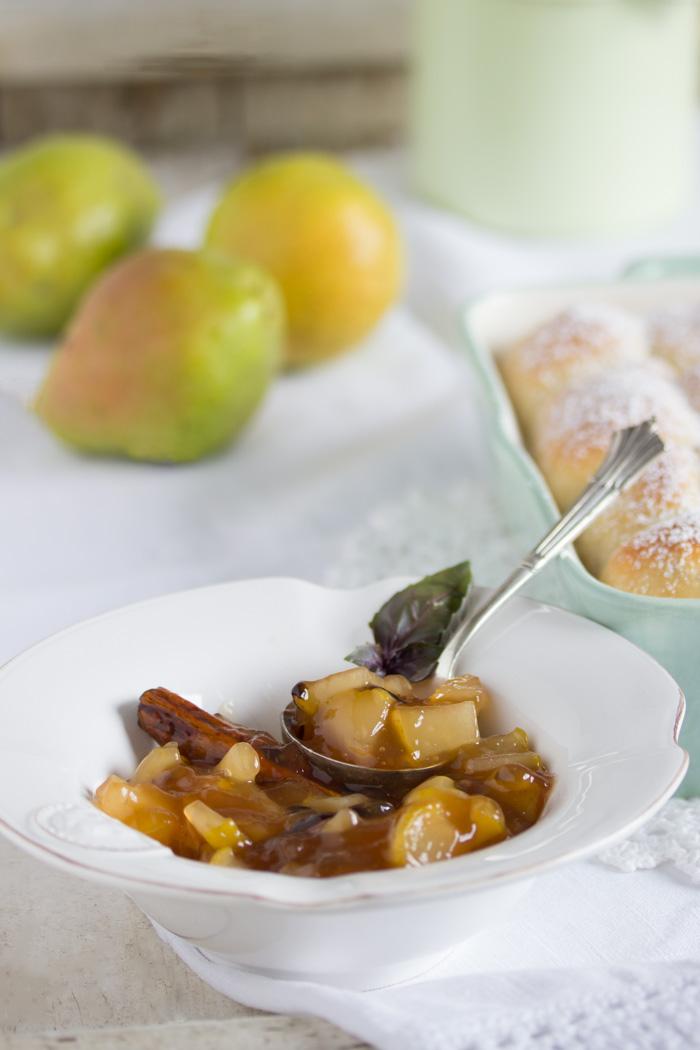 Buchteln-mit-Thai-Basilikum-Birnen-Kompott