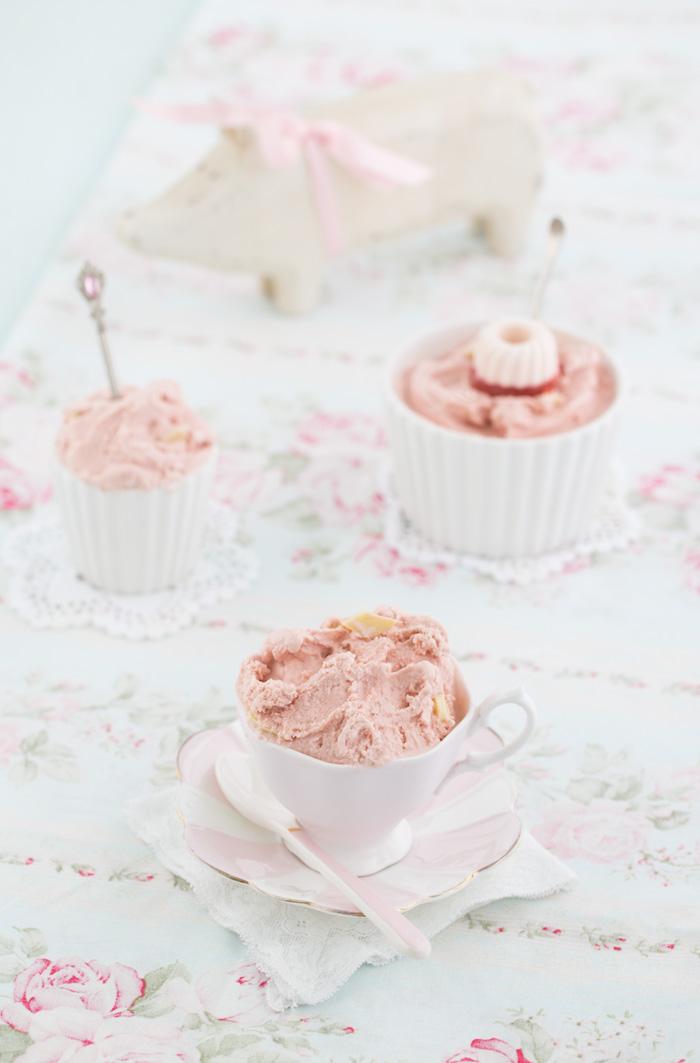 Erdbeereis-mit-weißer-Vanilleschokolade