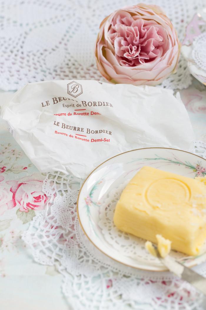 Französisches Landbrot mit gesalzener Butter aus der Cocotte