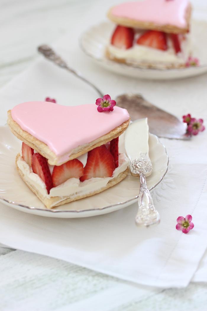 Blätterteigherz-Rosa-Mascarpone-Erdbeeren-Muttertag-Royal-Icing