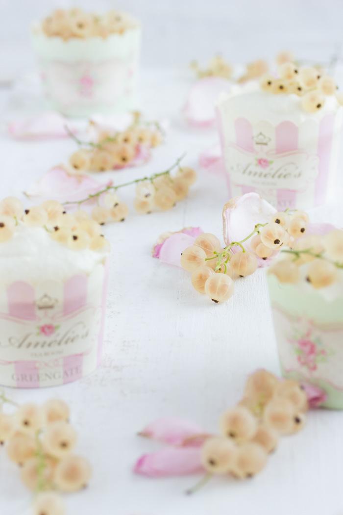 Limoncello Cupcakes mit weißen Johannisbeeren