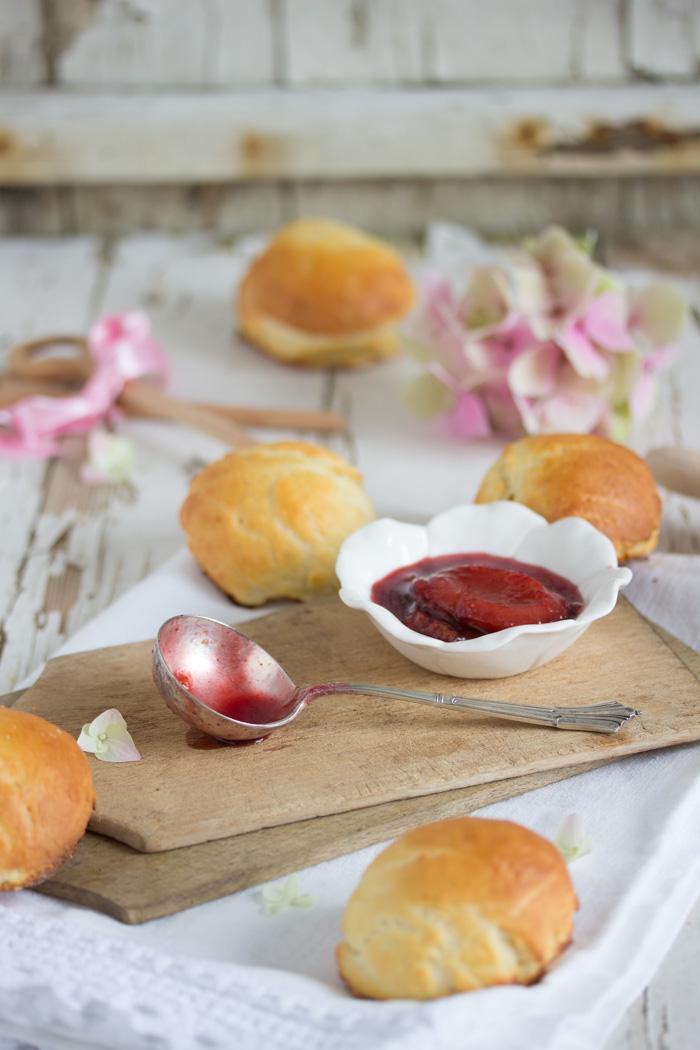 Omas Quarkbrötchen mit Rotwein – Zwetschgen – Kompott
