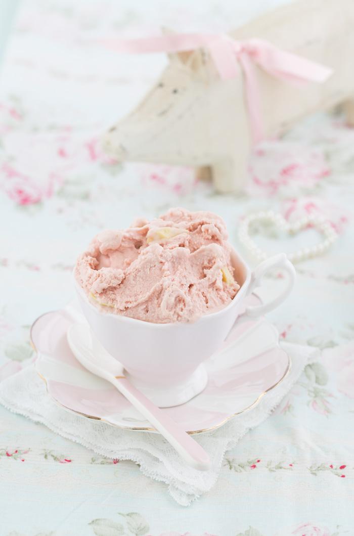 Erdbeereis mit weißer Vanilleschokolade