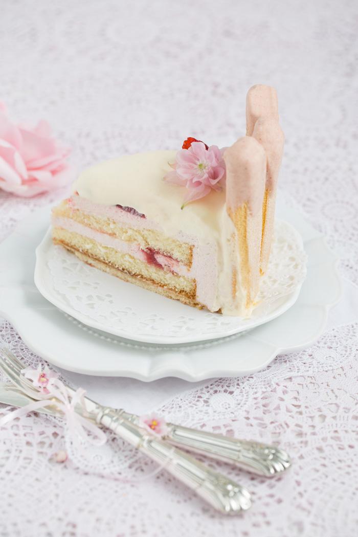 Erdbeer Charlotte mit weißer Mousse au Chocolate
