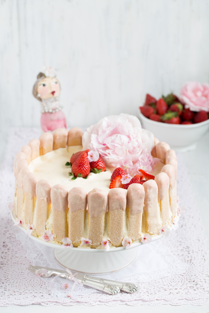 Erdbeer Charlotte mit weißer Mousse au Chocolat