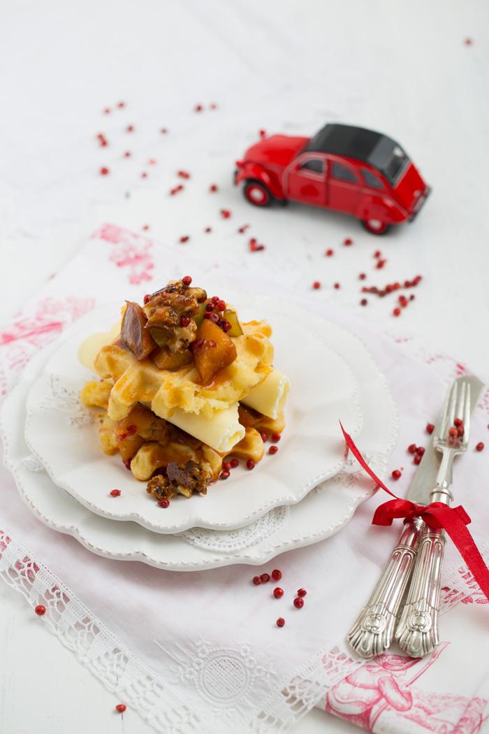Käse-Waffeln mit Pfaumenkompott und karamellisierten Walnüssen