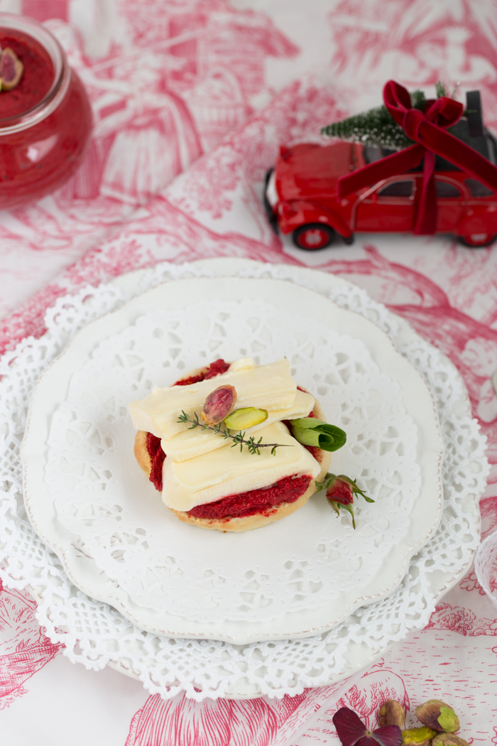 mini-bagel-mit-rote-beete-pesto-geramont-weichkaese