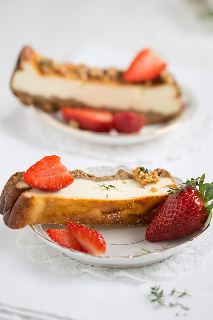 Käsekuchen mit Erdbeeren und Thymian Krokant