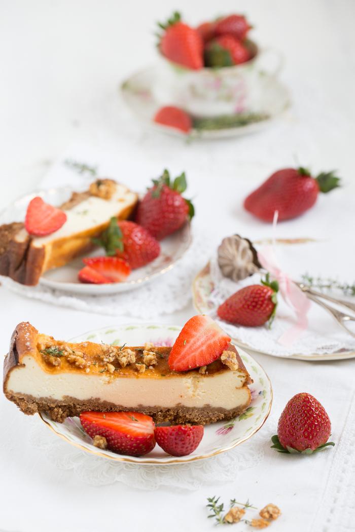 Käsekuchen mit Erdbeeren und Thymian-Krokant