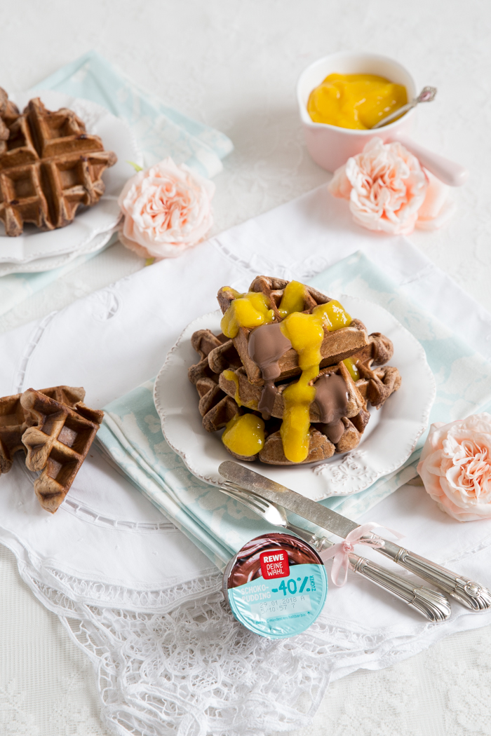 Schokoladenpudding Waffeln mit Mangopüree