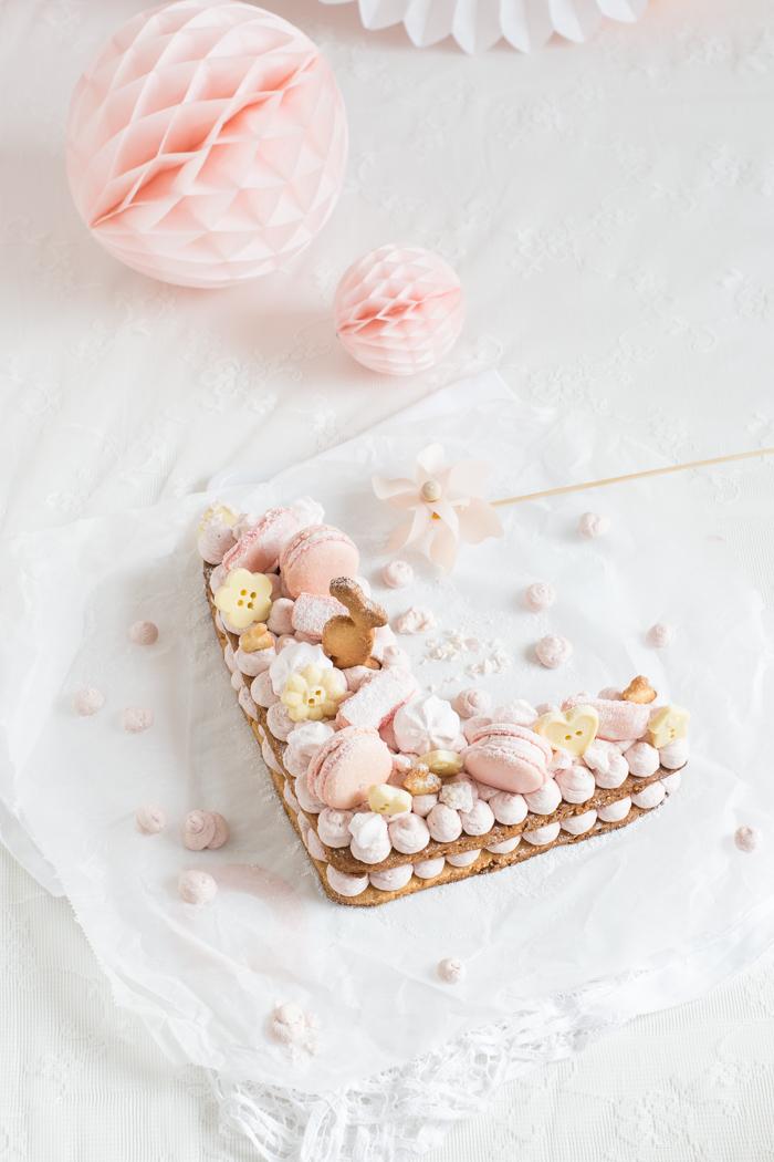 Buchstaben-Kekstorte mit Macarons & Schokoladenknöpfen