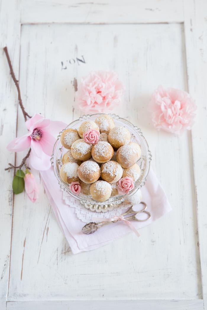 Pfannkuchen-Bällchen mit Haselnusskrokant