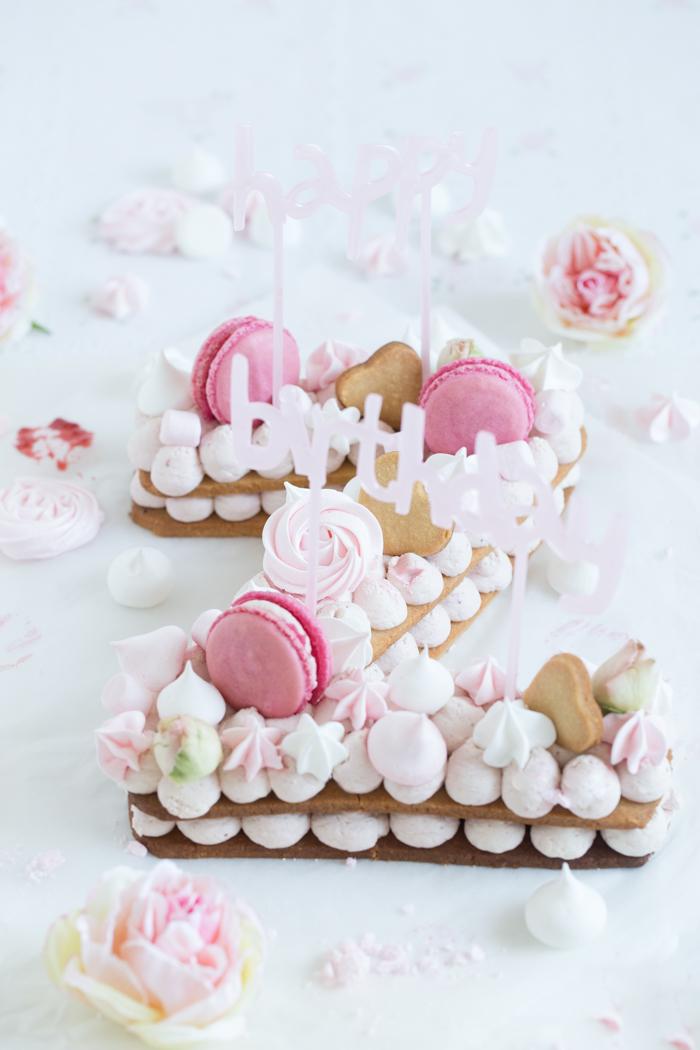 """""""Happy Birthday Zentis""""  Kekstorte mit Erdbeere-Rosenblüten"""