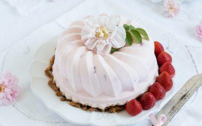Erdbeer-Eistorte mit knusprigem Butterbrezelboden