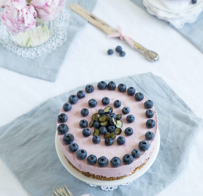 Blaubeer-Cheesecake mit karamellisiertem Butterkeksboden