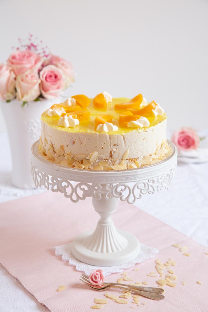 Cremige Pfirsich Joghurt Torte auf Mandelbiskuit