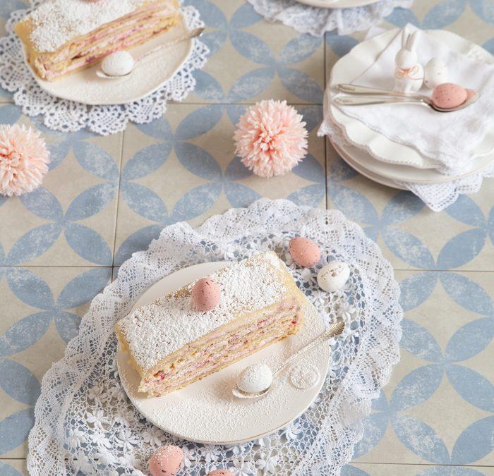 Marzipan-Torte gefüllt mit einer fruchtigen Himbeer-Mascarpone-Creme