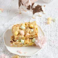 Kekskuchen mit weißer Schokolade, knackigen Haselnüssen & Marshmallows