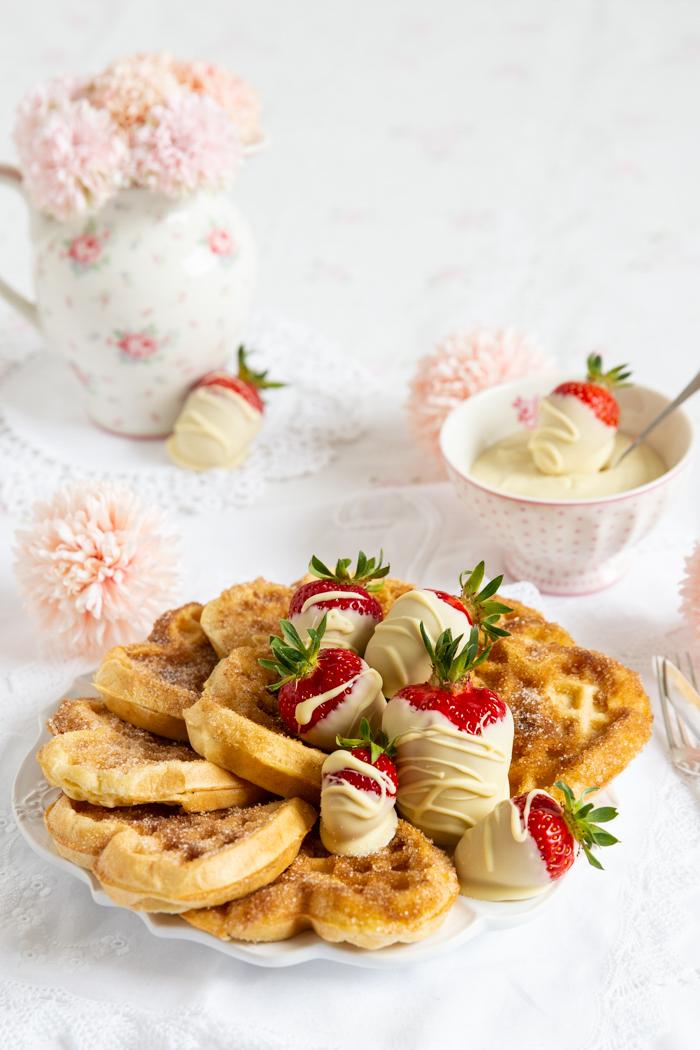 Churro Waffel mit schokolierten Erdbeeren