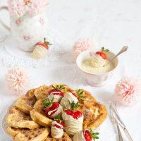 Churro-Waffeln mit schokolierten Erdbeeren