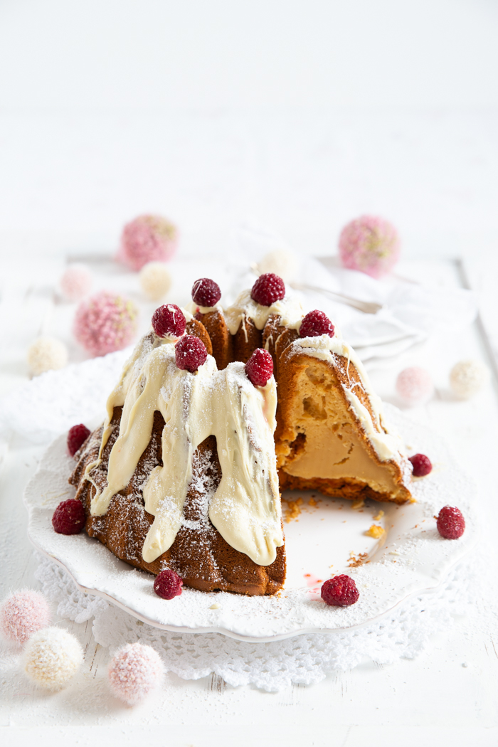 Gugelhupf mit weißer Schokoladenglasur