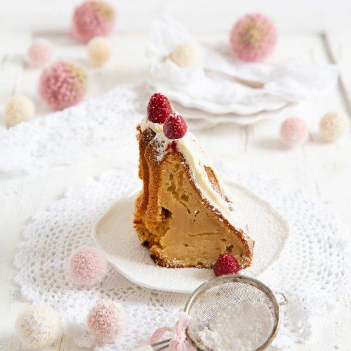 Guglhupf mit weißer Schokoladenglasur