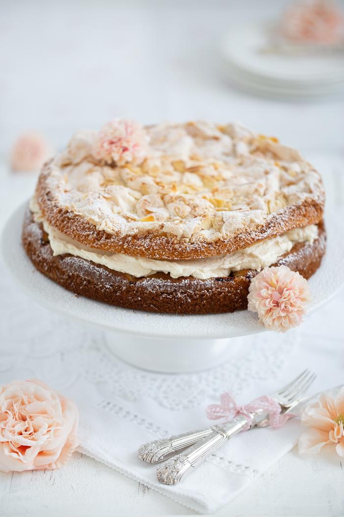 Gelbe Pflaumen-Torte mit knuspriger Baiser-Mandel-Haube