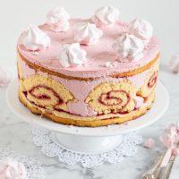 Himbeer-Biskuit-Torte mit einer fruchtigen Schmand-Sahne-Füllung