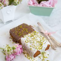 Avocado Kuchen mit Schokoladen-Limetten-Glasur und Pistazien [vegan]