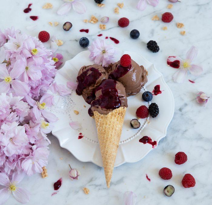 Schokoladeneis aus 100% Zartbitter Vivani Schokolade mit einer Waldfrucht-Sauce und Zirbenlikör