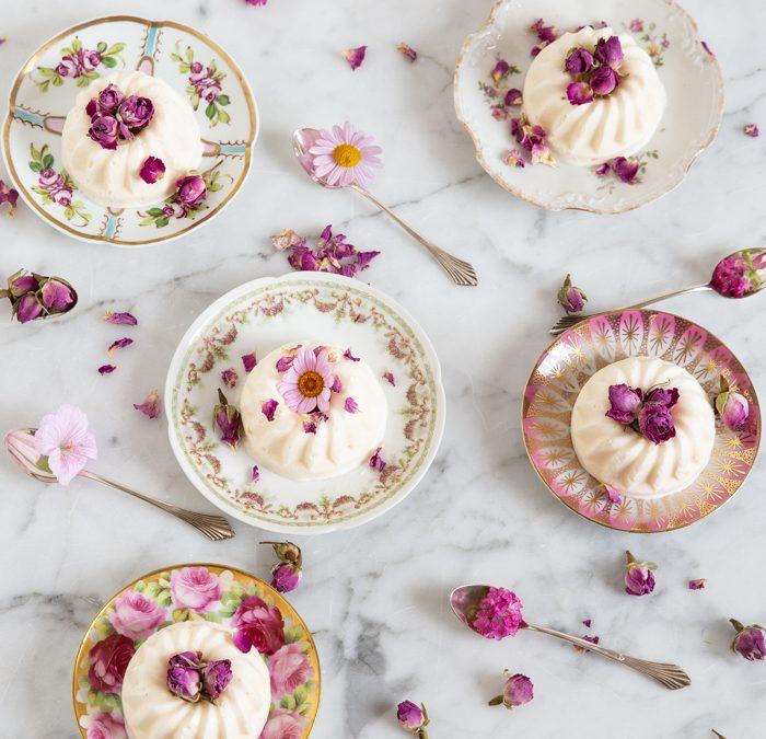 Holunderblüten-Eis-Gugl mit essbaren Rosenblüten