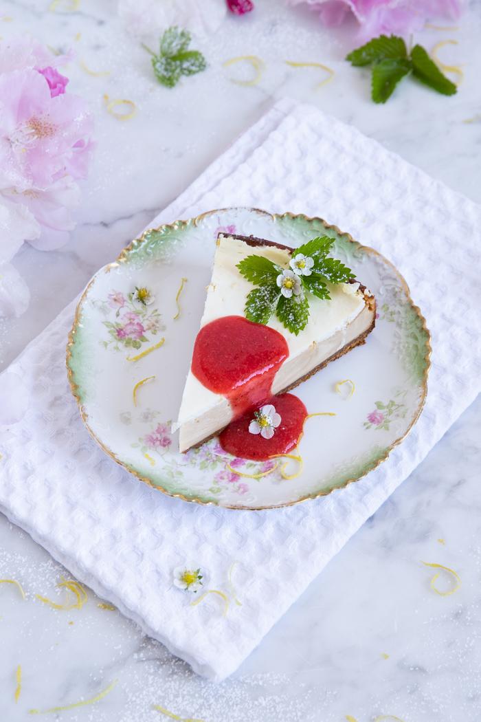 Käsekuchen mit Schmand-Zitronen-Guss und Erdbeersoße