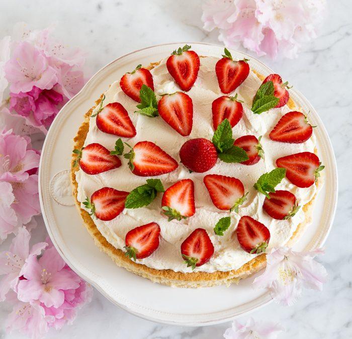 Tres-Leches-Kuchen mit Erdbeeren & Minze