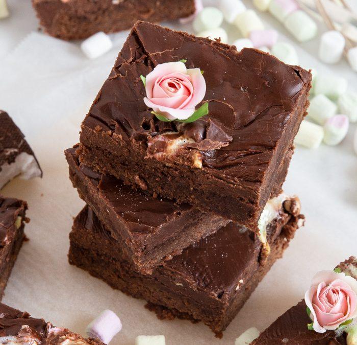 Schokoladen-Brownies mit Marschmallows und Schokoladen-Glasur