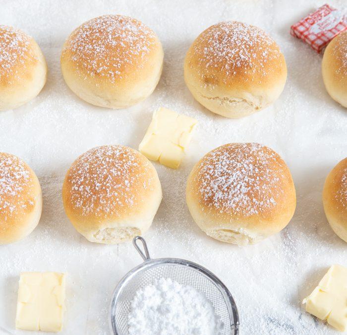 Frühstücks-Brötchen mit gesalzener Butter & Mirabellen-Marmelade